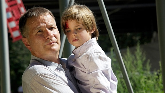 Nach dem Unfall seiner Eltern kümmert sich Roland (Thomas Rühmann) rührend um den kleinen Tom (Bennet Meyer).