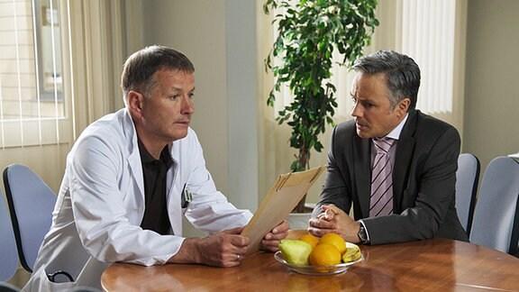 Der Staatsanwalt Hagen Dietrich (René Hofschneider) macht Roland (Thomas Rühmann) klar, dass alle Indizien gegen ihn sprechen.