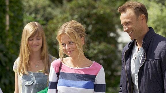 Martin (Bernhard Bettermann) freut sich, dass seine neue Freundin Julia (Isabell Gerschke) und seine Tochter Marie (Henriette Zimmeck, links) sich auf Anhieb gut verstehen.