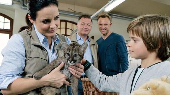 Roland (Thomas Rühmann) und Martin (Bernhard Bettermann) hoffen, dass die Tierärztin Dr. Mertens (Elisabeth Lanz) den kleinen Tim (Bennet Meyer) von seinem Unfalltrauma befreien kann.