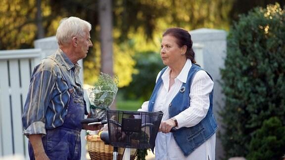 Otto (Rolf Becker) versucht, der gekränkten Charlotte (Ursula Karusseit) ins Gewissen zu reden.