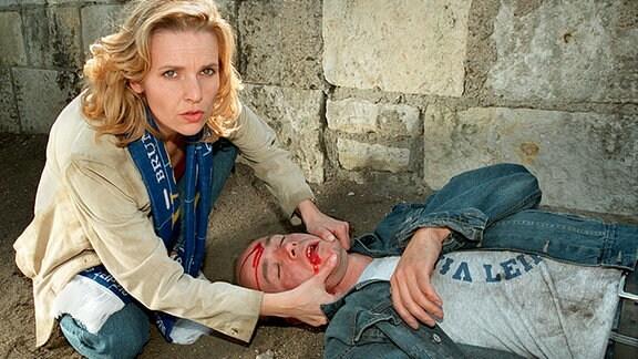 Dr Kathrin Globisch hilft einem Verletzten.