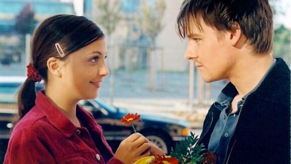 Arzu (Arzu Bazman) hat sich ahnungslos in den Freund (Dennis Grabosch) einer Patientin verliebt. Arme Arzu...!