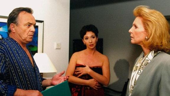 Ingrid ist entsetzt. Als sie dringende Unterlagen zu Simoni bringen soll, erwischt sie ihn mit einer anderen Frau.
