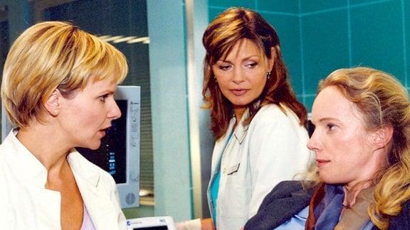 Laura Hoffmann (Claudia Geisler, rechts) kann ihr Glück nicht fassen, als Dr. Kathrin Globisch (Andrea Kathrin Loewig, links) und Schwester Yvonne (Maren Gilzer) ihr mitteilen, dass sie schwanger ist. Doch das ist noch nicht alles...
