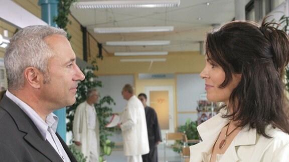 Dr. Elena Eichhorn (Cheryl Shepard) trifft in der Sachsenklinik auf einen Kollegen, Dr. Bernhard Kluge (Robert Giggenbach). Aus einem Patientenfall entwickelt sich mehr als Sympathie...