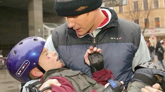 Achim Kreutzer (Johannes Steck) hat Besuch von seinem Sohn Heiko (Ludwig Zimmeck). Beim gemeinsamen Skateboarden in der Stadt bricht Heiko plötzlich zusammen.