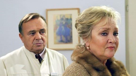 Prof. Dr. Simoni (Dieter Bellmann) und die Patientin, Sarah Marquardts Mutter, Hildegard Marquardt (Doris Kunstmann).