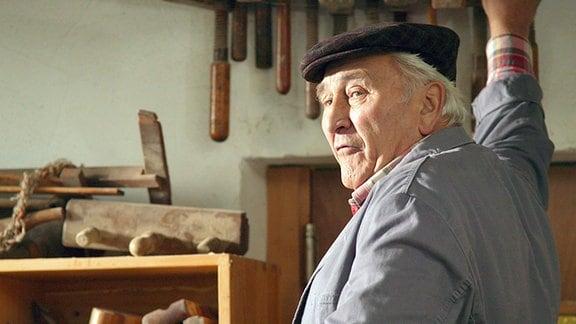 Der Rentner Klaus Seitz (Günter Naumann) in seiner Möbelwerkstatt, die er trotz Ruhestand und Umzug in das Seniorenheim nie aufgegeben hat.