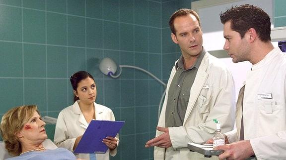 Klara Wohlfahrt (Heike Jonca) wurde nach einem Fahrradunfall in die Sachsenklinik eingeliefert. Dr. Kreutzer als behandelnder Arzt diagnostiziert eine Schenkelfraktur und beschließt, die Patientin zu operieren.