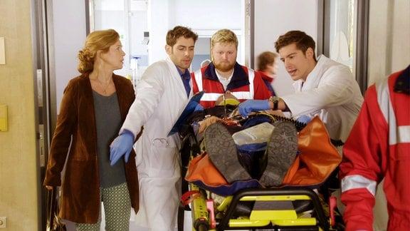 Ärzte versorgen einen Patienten