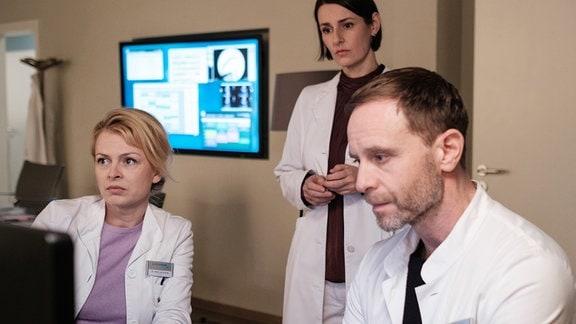Isabell Gerschke als Dr. Ina Schulte, Julian Weigend als Dr. Kai Hoffmann und Annett Renneberg als Dr. Maria Weber