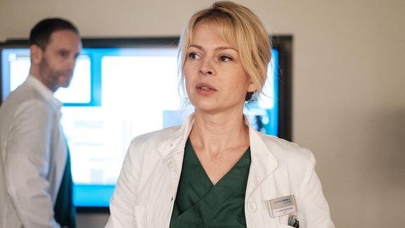 Julian Weigend als Dr. Kai Hoffmann, Isabell Gerschke als Dr. Ina Schulte