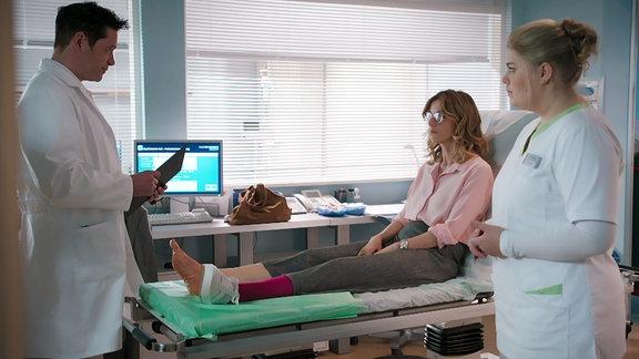 Arzt untersucht Patientin