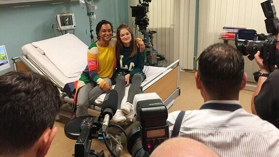 Dr. Iris Brooks (Sarah Masuch) und Lara Brooks (Greta Short) (v.l.) beim Pressetermin mit den anwesenden Vertretern der Presse