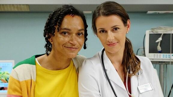 v.li.: Dr. Iris Brooks (Sarah Masuch) und Dr. Maria Weber (Annett Renneberg)