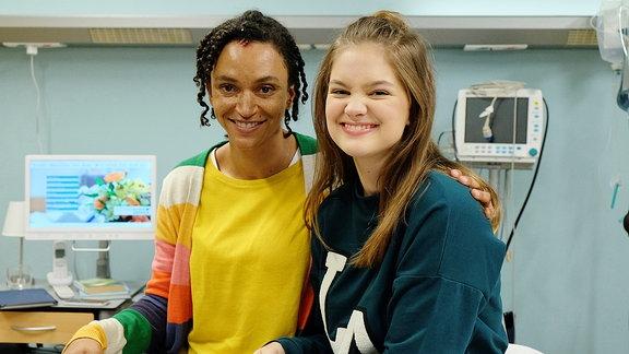 v.li.: Dr. Iris Brooks (Sarah Masuch) und Lara Brooks (Greta Short)