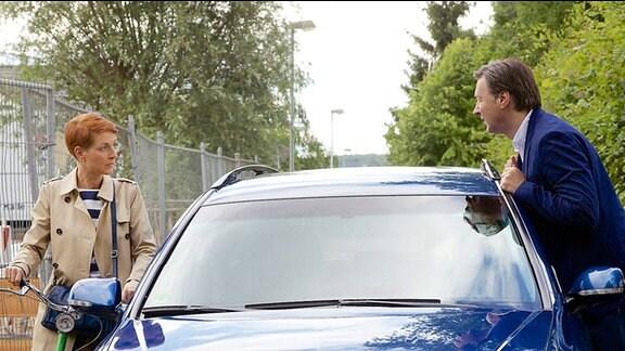 Pia Heilmann mit Wolfgang am Auto