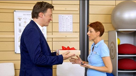 Wolfgang macht Pia Geschenke