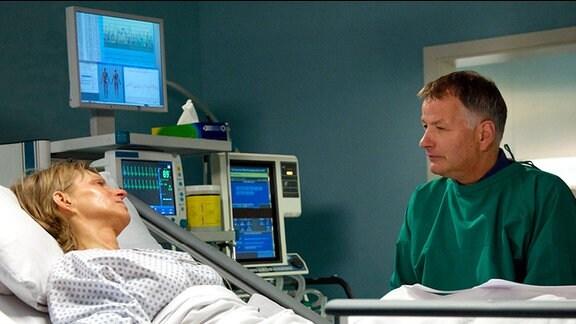 Dr. Roland Heilmann am Krankenbett