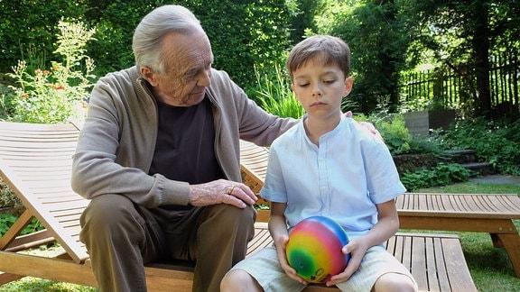 Wenn seine Eltern sich streiten verkriecht sich Robin Gerdes (Alexander und Julian Gerdes, re.) gern bei seinem Nachbarn Professor Simoni (Dieter Bellmann). Simoni tröstet den Kleinen und glaubt, dass Leon Robins imaginärer Freund ist, der ihm über traurige und einsame Stunden hilft.