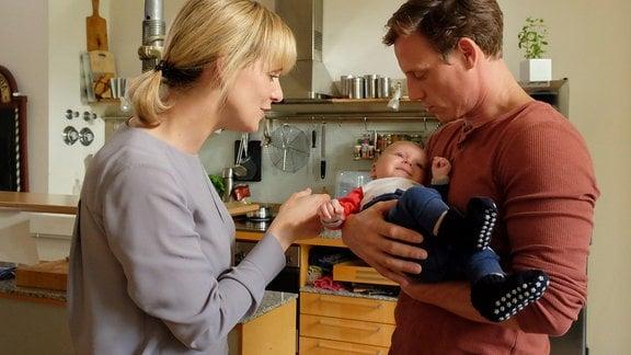 Dr. Lea Peters (Anja Nejarri) ist bereit für ihren ersten Arbeitstag nach ihrer Pause. Jenne Derbeck (Patrick Kalupa), der Vater von Leas Baby, wird sich um den Kleinen kümmern.