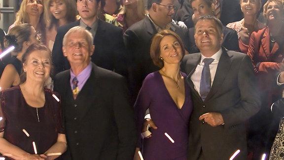 Roland Heilmann (Thomas Rühmann) und Pia (Hendrikje Fitz) feiern mit allen anderen Kollegen das 500-jährige Jubiläum der Sachsenklinik