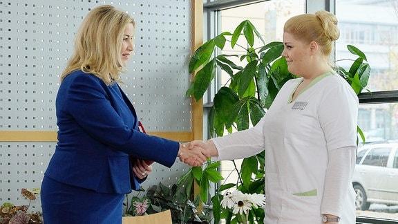 """""""Willkommen"""" sagt auch Sarah Marquardt zu Schwester Miriam in der Folge 761."""