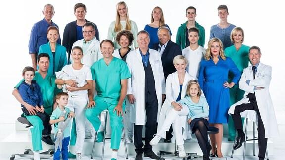 """Schauspieler der Serie """"In aller Freundschaft"""" posieren für ein Gruppenfoto."""