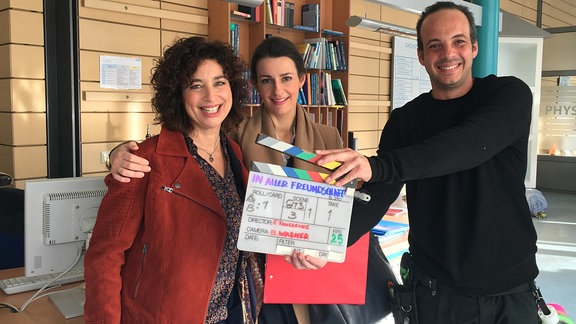 Isabel Varell als Linda Schneider, Annett Renneberg als Dr. Maria Weber und Kameraassistent Karl Pinzon Bustillo