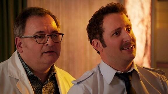 zwei Männer schauen, einer belämmert, einer irre
