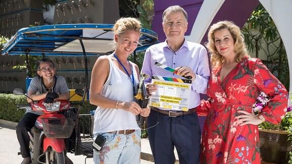 v.li.: Tuktuk-Fahrer Solarsin Ngoenwichit, Regisseurin Franziska Hörisch, Thomas Rühmann, Alexa Maria Surholt