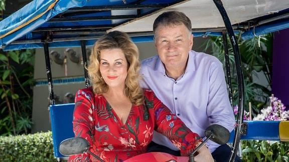 Alexa Maria Surholt, Thomas Rühmann auf einem Tuktuk