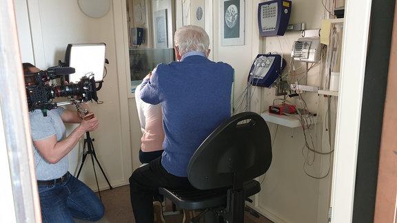 Berührungen werden in Labor gemessen und gefilmt