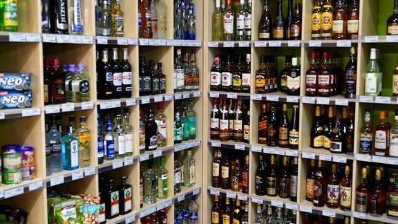 Regale mit alkoholischen Getränken