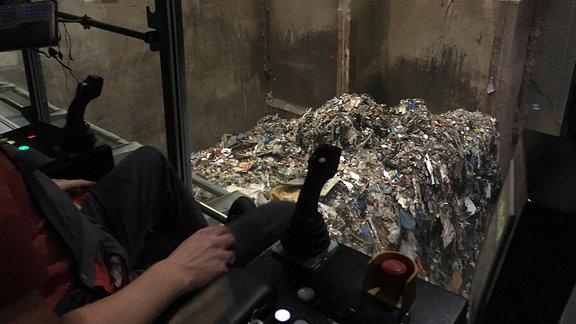 Ein Müllbunker im Müllheizkraftwerk Rothensee in Magdeburg