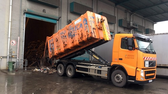 Müll-Anlieferung beim Müllheizwerk Rothensee in Magdeburg