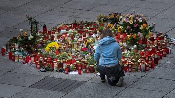 Blumen und Kerzen stehen 2018 in der Brückenstrasse in Chemnitz.