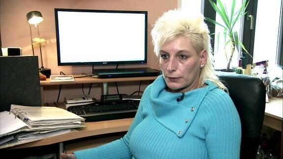 Eine Frau sitzt vor ihrem PC.