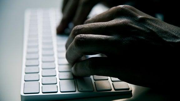Hände an einer Tastatur