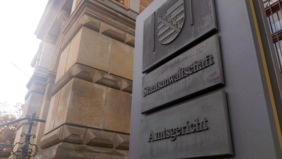 Vor dem Amtsgericht Zwickau sind inzwischen zwei der Störer angeklagt: Benjamin Przybylla (AfD) muss sich wegen Hausfriedensbruchs verantworten. Ein weiterer Angeklagter steht wegen Hausfriedensbruchs, Körperverletzung und Sachbeschädigung vor Gericht