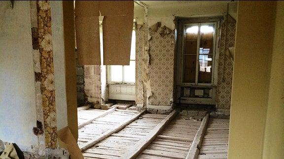 Ein Raum mit fehlenden Bodendielen