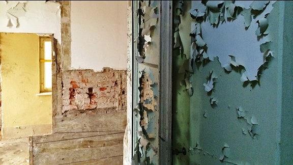 Farbe blättert von einer Wand
