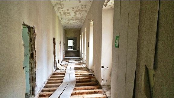 Ein Korridor mit fehlenden Bodendielen