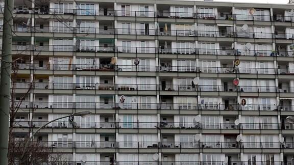 Hochhaus mit Balkonen und Satellitenschüsseln
