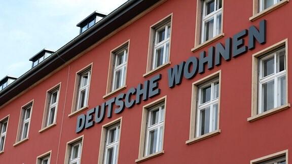 Aufschrift Deutsche Wohnen auf einem Wohnhaus