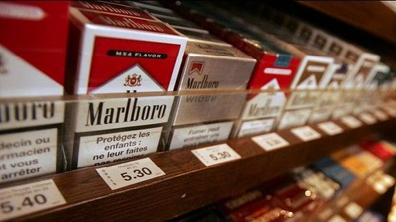 Zigaretten in einem Regal.