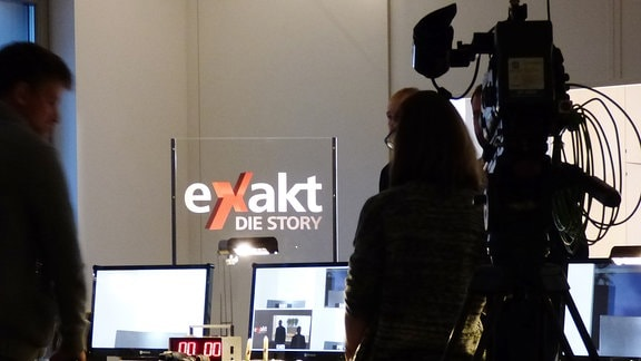 """Hinter den Kulissen von """"Exakt die Story"""": Monitore, Kameratechnik."""