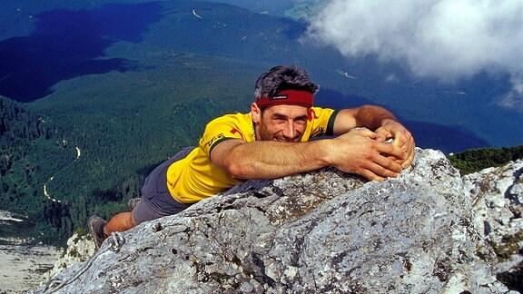 Mutiger Bergsteiger beim Freeclimbing an einer steilen Felswand des Hochstaufens bei Bad Reichenhall