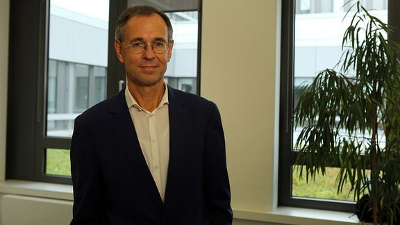 Ein Mann mit Brille und kurzen Haaren